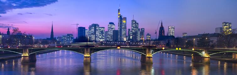 Skyline von Frankfurt am Main am Abend von der Flößerbrücke aus gesehen