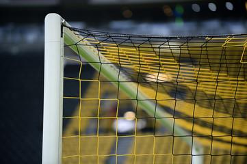 Gelb schwarze Ecke vom Tornetz / Fussballtor im Stadion