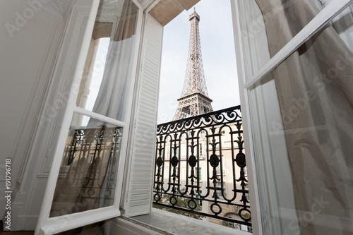 Papiers peints Tour Eiffel Tour Eiffel par la fenêtre