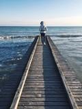 Ragazza cammina sul pontile - 191821579