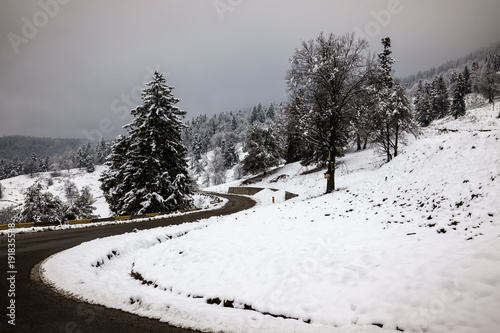 Aluminium Grijze traf. Winter Road Country road leading through winter mountain landscape