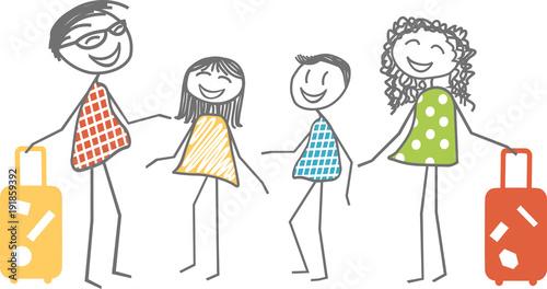 Une famille souriante avec parents et enfants partent ou reviennent de vacances avec les valises