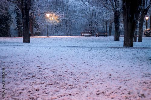 Tuinposter Parijs lampadaire dans la neige