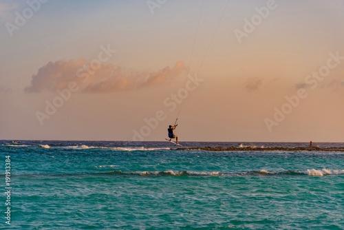 Fotobehang Zee zonsondergang kite surf snowboarding isola di aruba sul mare dei caraibi al tramonto