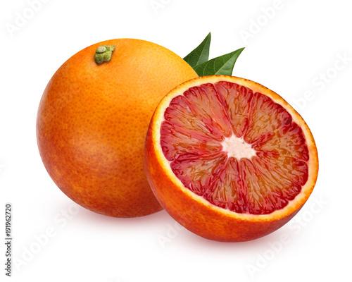 Jeden całe czerwone krwionośne pomarańcze i połówka odizolowywająca na białym tle