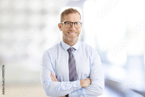 Papiers peints Echelle de hauteur Executive businessman at the office. Smiling senior investment advisor business man wearing shirt and tie while standing at the office and looking at camera.