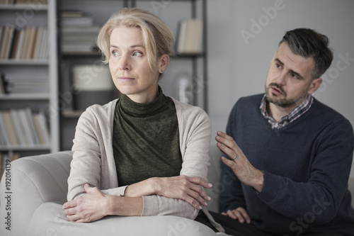 Foto Murales Husband apologizing offended wife