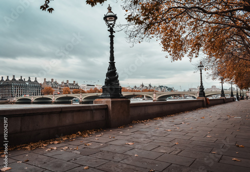 Papiers peints London westminster bridge in the middle of the scene with a pathway on the right following the river thames