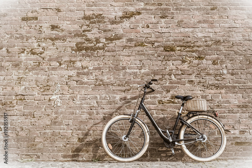 Plexiglas Fiets Black retro vintage bicycle with old brick wall.