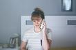Quadro chica joven hablando por télefono en su habitación