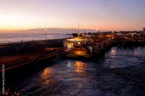 Foto op Canvas Zee zonsondergang Travelling from Tenerife to La Gomera in the twilight with a ferry, view to the island La Gomera