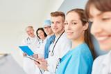 Studenten oder junge Ärzte in einer Schulung - 192131143