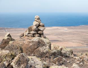 Cairn au sommet de la Montana Roja à Lanzarotte, Espagne - Cairn at the top of Montana Roja in Lanzarote, Spain