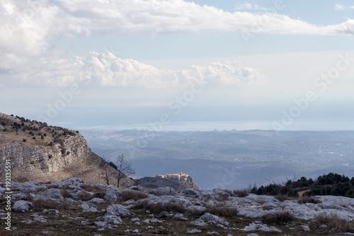 Fotobehang Nice Blick von den Bergen über Gourdon nach Nizza