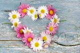 Valentinstag, Muttertag, Geburtstag, Hochzeit, Romantik, Liebe, Sehnsucht: Herz aus Blüten auf auf altem Holzbrett :) - 192139114
