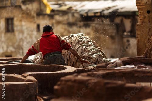 In de dag Marokko Man working hard on a tennery in Fez town of Morocco