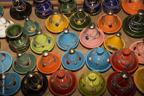Foto op Canvas Marokko Marruecos, recipientes decorados en colores para hacer tajine,