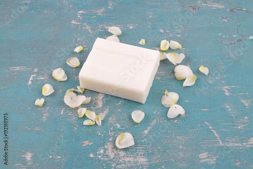 Foto Murales Seife und Rosenblätter auf verwittertem Hintergrund