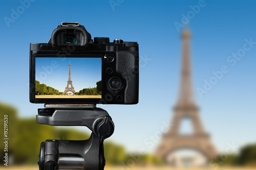 Aluminium Eiffeltoren Camera on a tridop takes a picture of an Eiffel tower in Paris