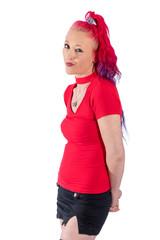 Frau mit roten Harren und rotem Kleid posiert vor weißem Hintergrund