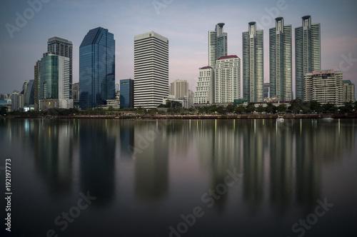 Keuken foto achterwand Bangkok Une réflexion des grattes ciel de Bangkok sur un lac .