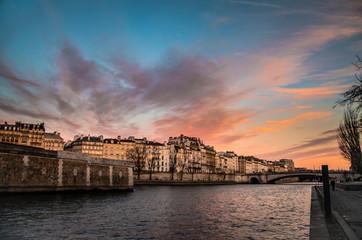 Coucher de soleil sur la seine à Paris