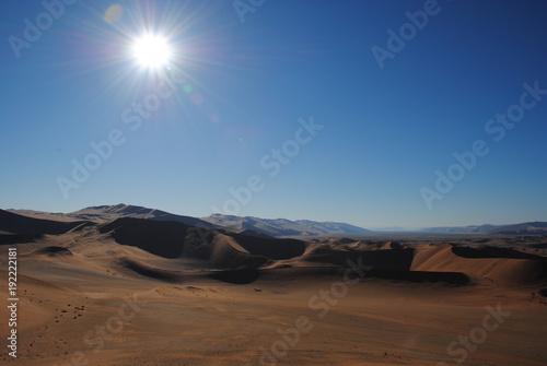 Fotobehang Diepbruine Sonne über der Wüste in Namibia