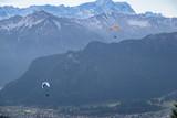 Gleitschirmflieger vor einer Bergkulisse