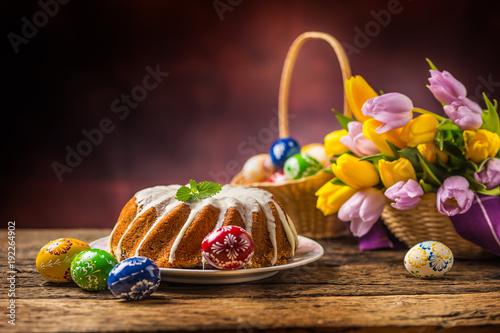 Wielkanocne ciasto. Tradycyjny ringowy marmurowy tort z Easter decotation. Pisanki i tulipany wiosna.