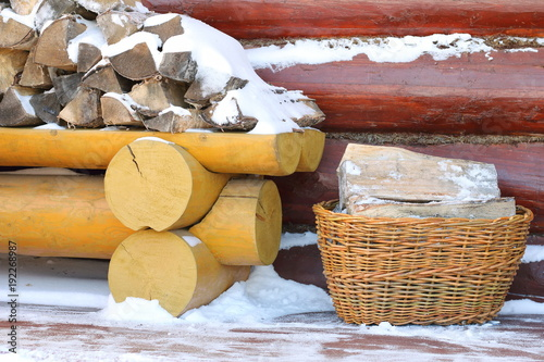 Papiers peints Texture de bois de chauffage A stack of birch firewood on the terrace of a country house in winter.