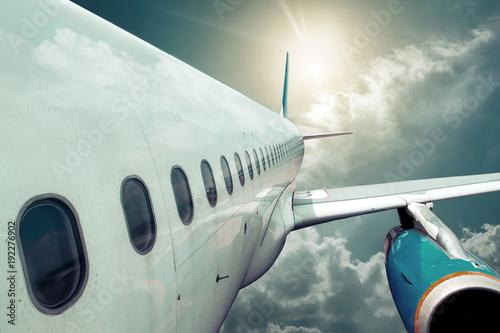 samolot-pasazerski,-slonce,-chmury,-tlo,-plakat