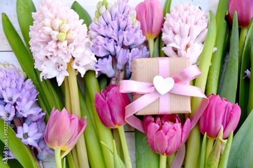 Grußkarte - Blumenstrauß mit Geschenk - Frühlingsblumen - 192279366