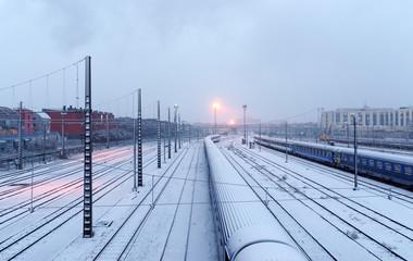 Voies ferrées sous la neige dans la banlieue de Paris