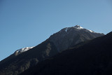 Montañas con picos nevados.