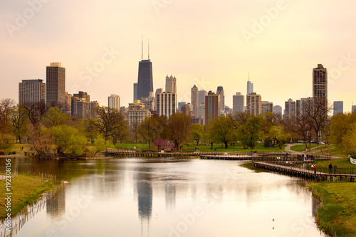 Papiers peints Chicago Downtown skyline and South Pond at Lincoln Park in Chicago, Illinois