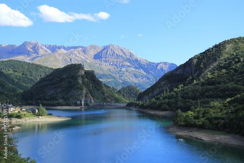 Fotobehang Zomer Paisaje de los Pirineos al atardecer (presa de Sallent de Gallego)