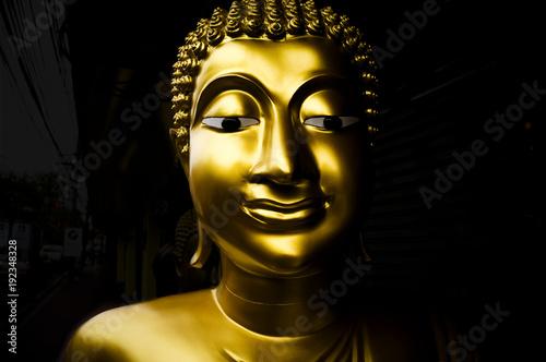 Staande foto Boeddha Un portrait claire obscure de Bouddha