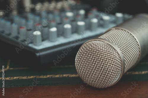 mezclador-y-microfono-de-condensador-concepto-de-estudio-de-musica-casera