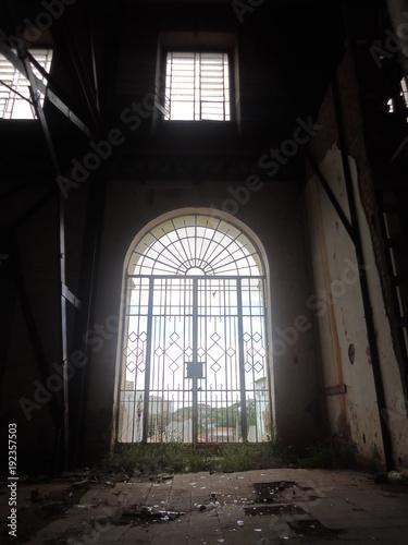 Portão de colégio abandonado 03