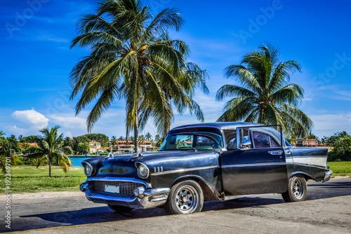Czarny amerykański klasyczny samochód z otwartymi drzwiami park pod niebieskim niebem blisko plaży w Varadero Kuba, HDR - Seria Kuba reportaż -
