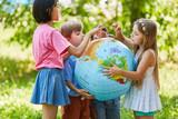 Kinder halten zusammen eine Weltkugel - 192430786