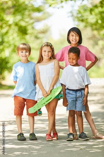 Fotobehang Skateboard Gruppe Kinder als Freunde mit einem Skateboard