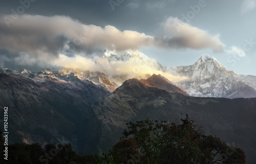 Aluminium Bleke violet Scenic landscape with mountain range Annapurna, Himalayas on sunrise.