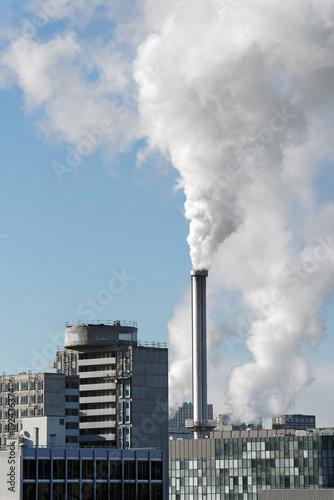 cheminées industrielles et émissions polluantes en banlieue parisienne