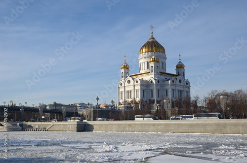 Papiers peints Moscou Winter view of the Cathedral of Christ the Saviour and Prechistenskaya embankment, Moscow, Russia