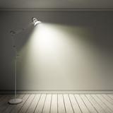 Leerer Raum mit Stehlampe bei Nacht - 192457718