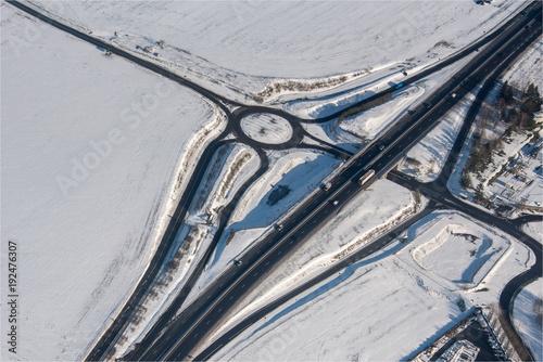Vue aérienne d'un carrefour routier sous la neige à Vigny dans le département du Val d'Oise en France