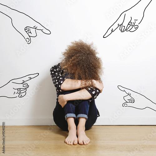 jeune femme triste pointée du doigt