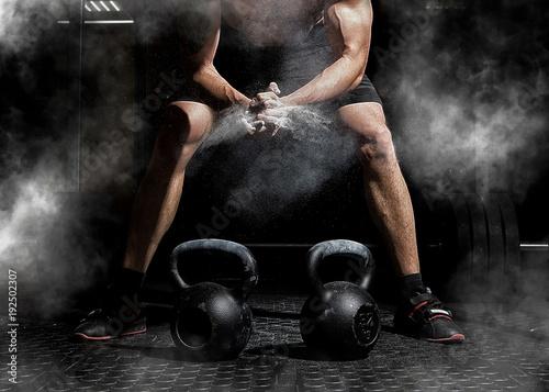 Weightlifter klaskanie ręce i przygotowanie do treningu na siłowni