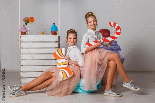 nastoletnie-siostry-blizniaczki-z-duzymi-fantazyjnymi,-lizaki,-cukierki